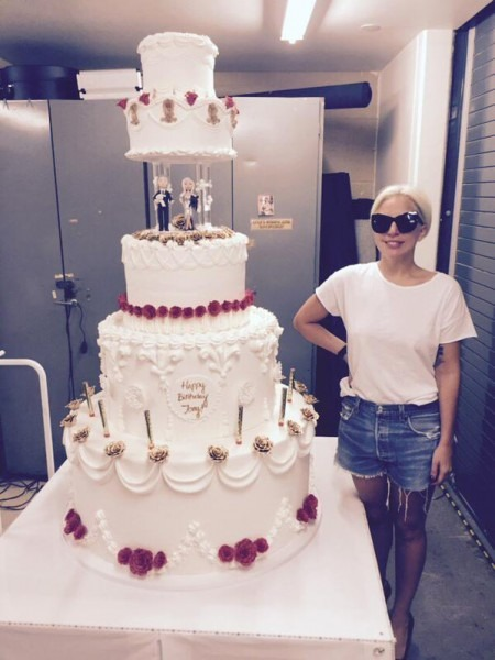 Lady Gaga Gave Tony Bennett An Enormous Cake Onstage For His 89th