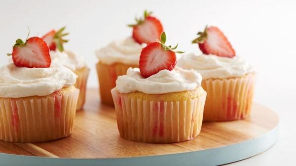 Strawberry Champagne Jello Poke Cupcakes Recipe