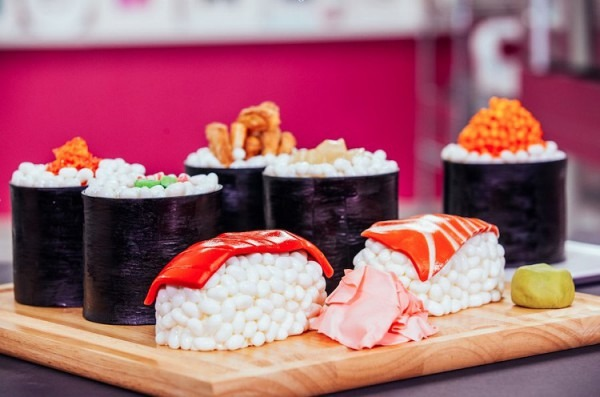 How To Make Chocolate Sponge Sushi Cakes With Candy, Fresh Fondant